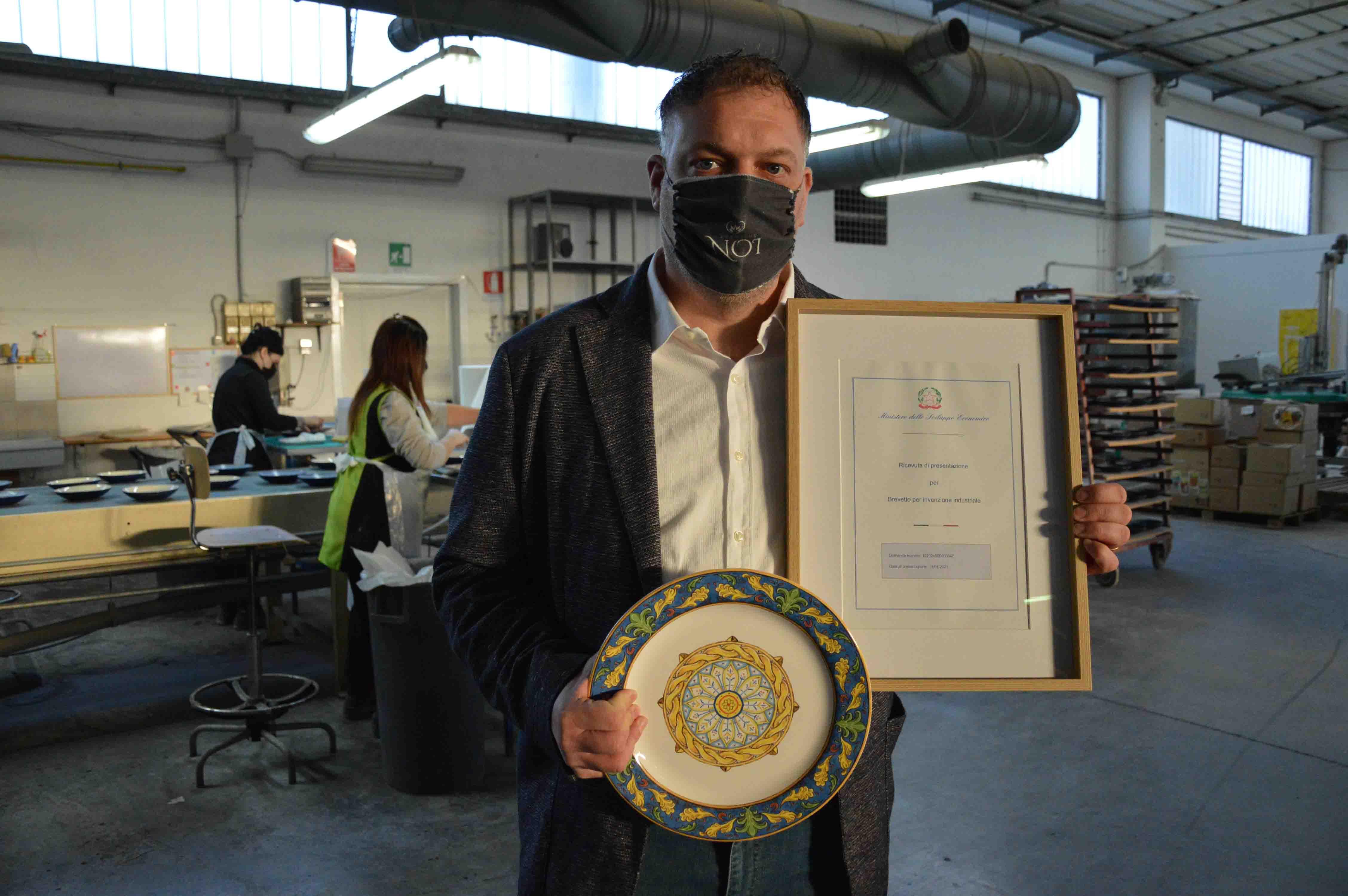 """La cooperativa Ceramiche Noi brevetta il piatto antibatterico:  """" La nostra è un'innovazione unica al mondo per il rilancio del nostro settore"""""""